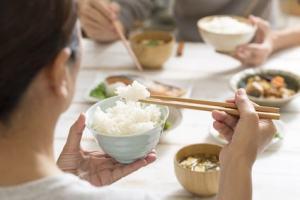 食卓を囲む女性