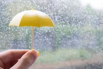 雨降りと小さい黄色い傘