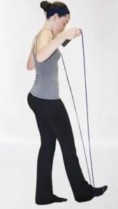 femme en tenu de sport qui va sauter à la corde pour maintenir sa ligne