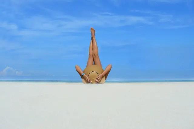 comment perdre des cuisses en 1 semaine comme cette femme qui a de belles jambes en l'air sur la plage