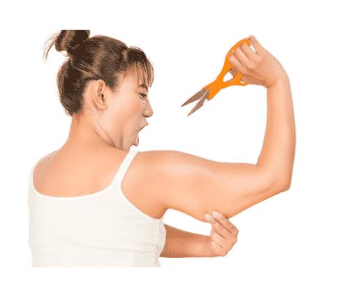 une femme qui veut enlever avec un ciseau la graisse de ces sous bras