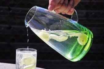 carafe d'eau aromatisée citron et menthe pour détoxiner le corps