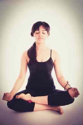 femme qui se tient droit en faisant du yoga pour avoir une bonne posture