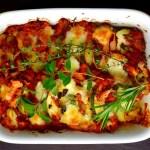 Zdrowa zapiekanka ziemniaczana z cukinią, pomidorami i mozzarellą