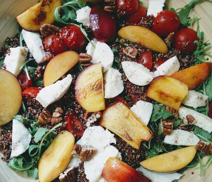 Quinoasalade met mozzarella en gegrilde nectarine
