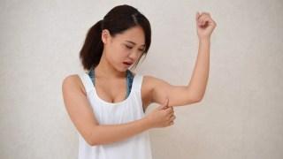 二の腕を気にする女性