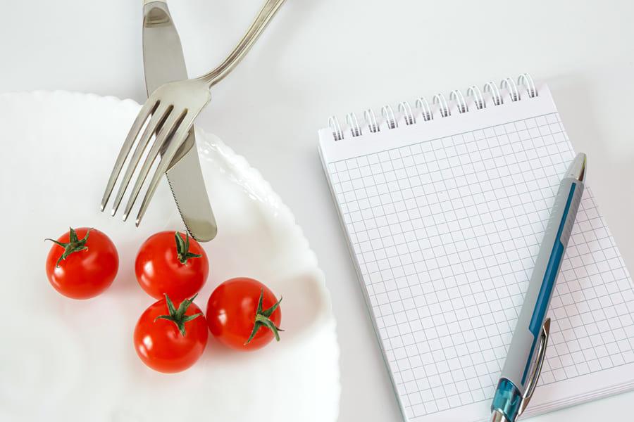 Ciliegio-pomodori-piastra-con-taccuino-notebook-recording-conteggio-calorie-dieta-food (1) .jpeg