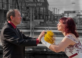 Brautpaar im Bahnhof