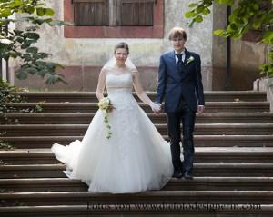 Das Brautpaar schreitet die Treppen herab