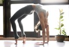 女性の自宅での簡単な背筋の鍛え方とは?ストレッチ|筋トレ|
