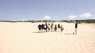 """Buổi sáng """"hành nhau"""" tại đồi cát."""