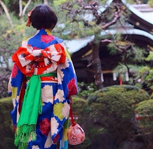 A girl wearing kimono to shrine