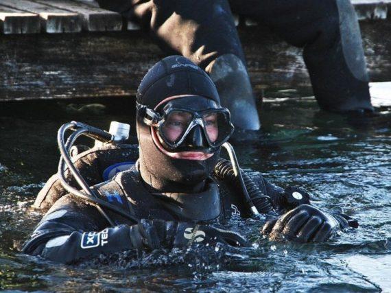 Un plongeur en combinaison étanche