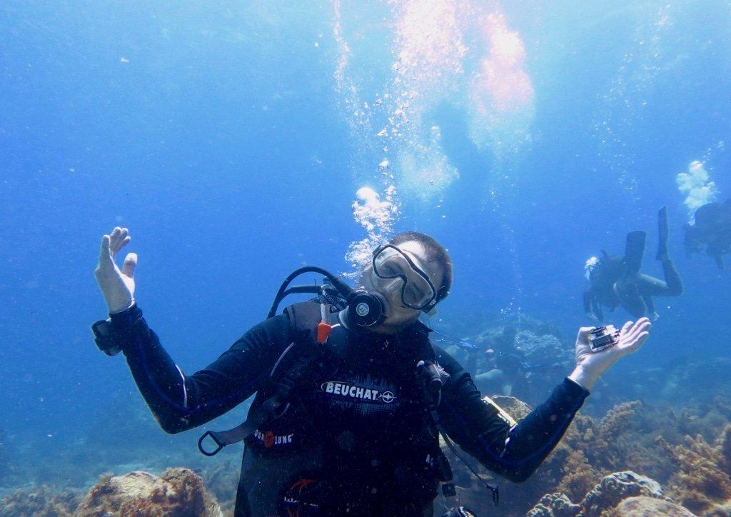 Plongeur montrant une attitude positive en plongée
