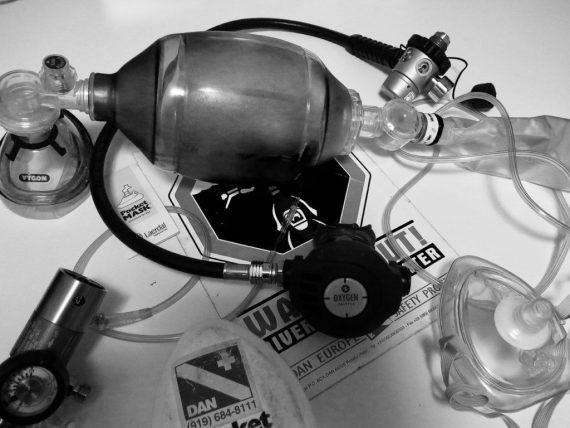 La formation à l'utilisation du défibrillateur et à l'administration de l'oxygène demande ce matériel et doit être dispensé par un professionnel.
