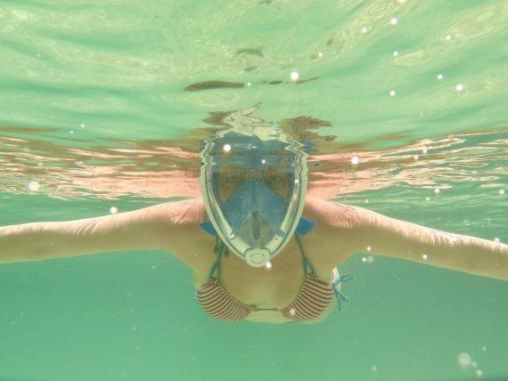 Hélène teste le masque facial de snorkeling