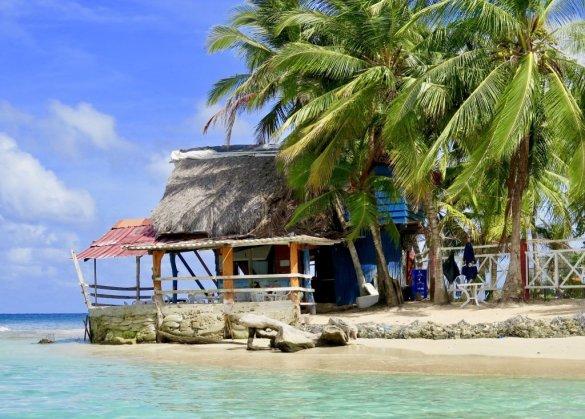 Une maison au bord de l'eau dans une destination de plongée