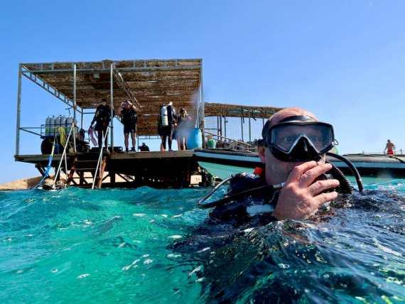 Un plongeur va se mettre à l'eau avec le centre de plongée qu'il a choisi