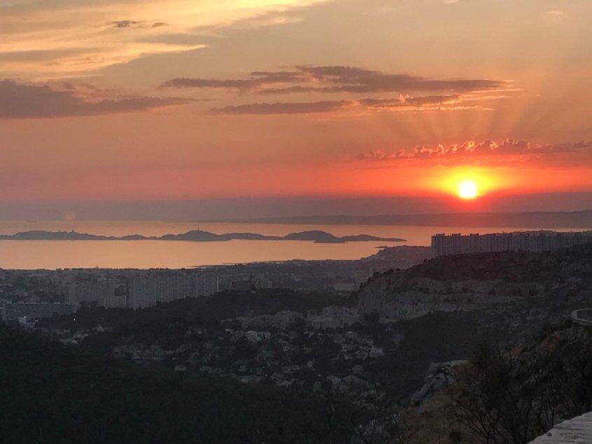 Visiter Marseille sans plonger peut commencer comme ici par admirer le coucher de soleil.