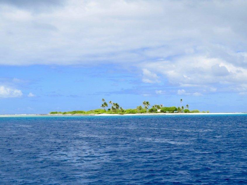 Vue d'un atoll de Polynésie Française, une destination très prisée pour plonger en France.