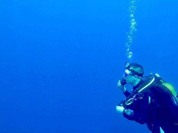 Un plongeur avec sa caméra dans l'océan