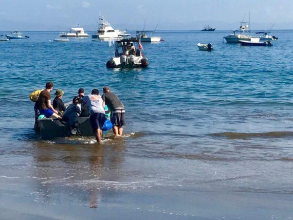 Des plongeurs embarquent sur un zodiac