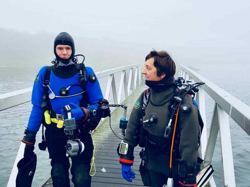 Deux plongeurs s'apprêtent à se mettre à l'eau