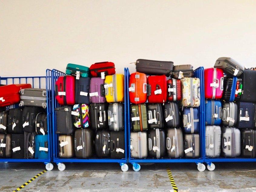 Des chariots de bagages rangés dans un aéroport