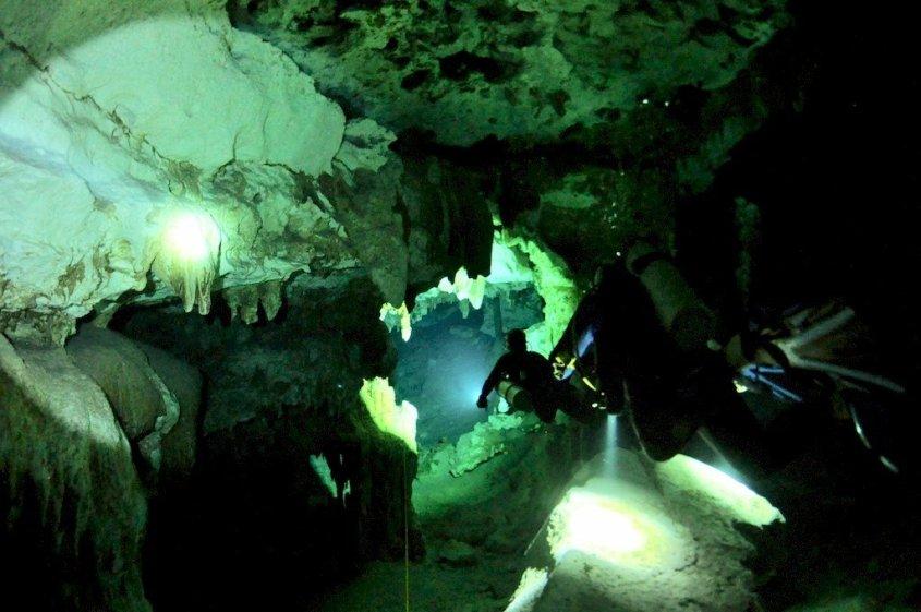 Des plongeurs évoluent dans un cenote au Mexique
