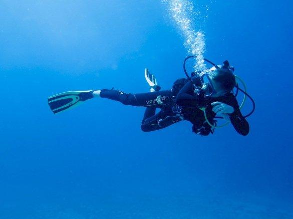 Un plongeur se retourne