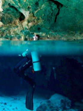 Un plongeur dans une cenote au Mexique