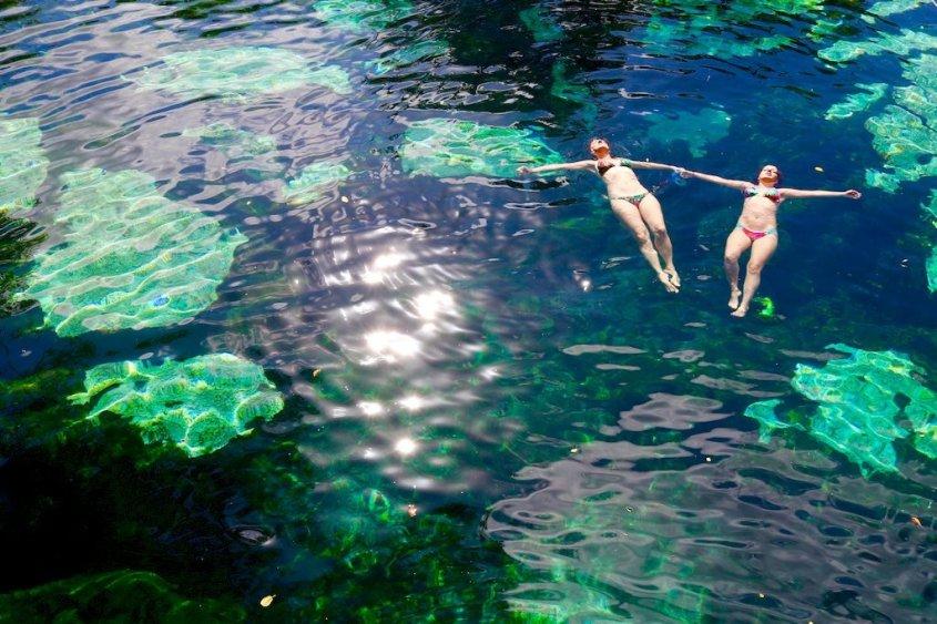 Deux femmes se baignent dans le cénote Azul au Mexique, une destinations de plongée fort appréciée.
