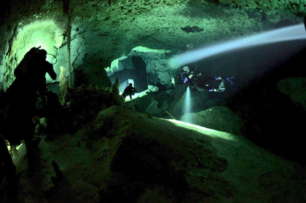 Des plongeurs évoluent dans le cenote de Dos Ojos