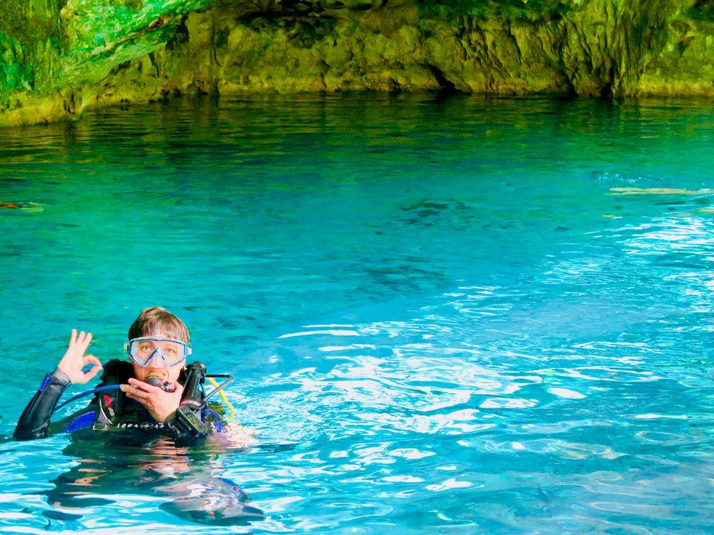 Une plongeuse l'entrée du cénote de Dos Ojos