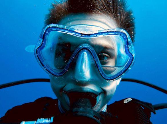 Un plongeur au regard bizarre fixe l'objectif