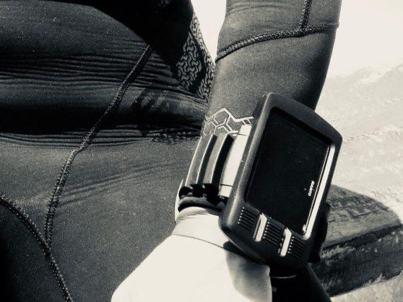 Un ordinateur accroché au poignet d'une plongeuse
