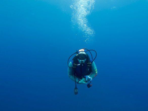 Un plongeur seul dans le grand bleu tente d'acquérir de l'expérience en plongée.