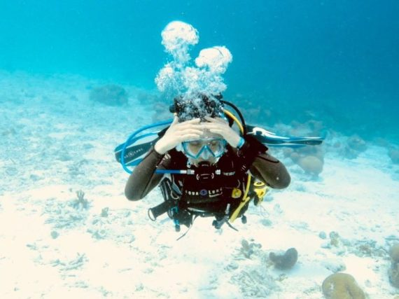 Une plongeuse se tient la tête dans les mains