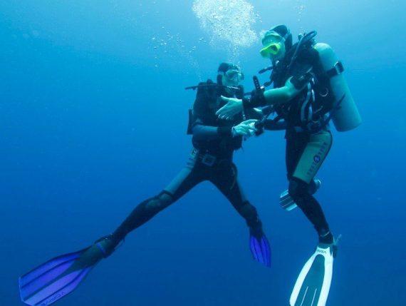 Un plongeur et une plongeuse sont au palier