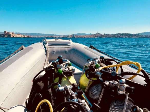 Un bateau rempli de matériel de plongée en pleine mer au large de Marseille