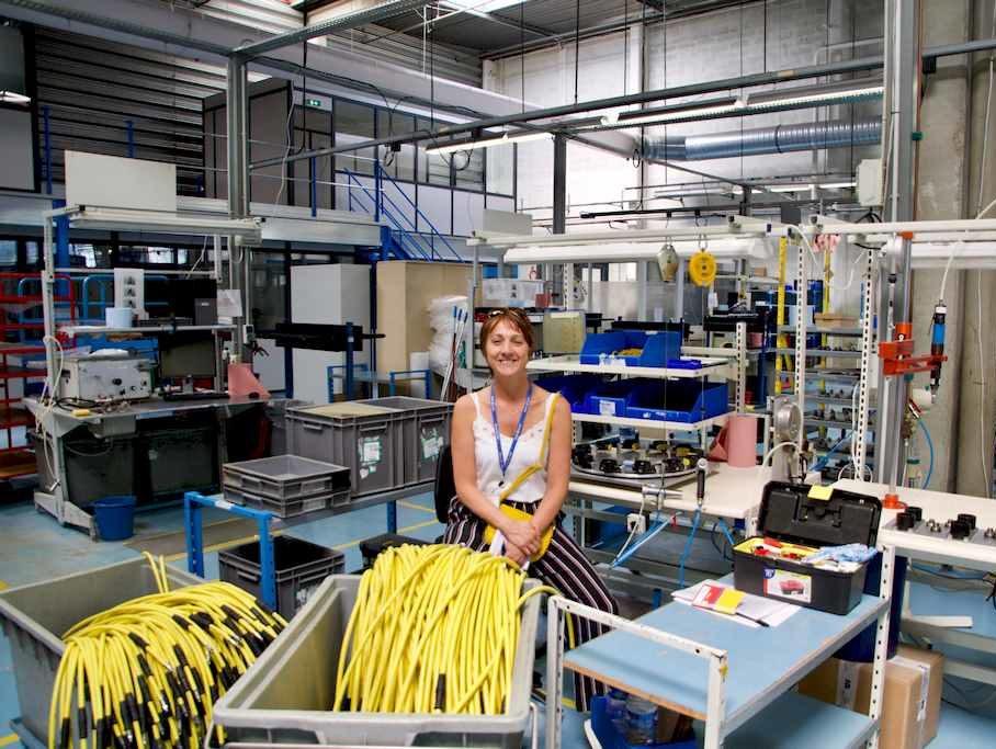 Hélène au milieu de l'unité d'assemblage des pièces des détendeurs chez Aqua Lung
