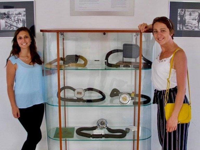Hélène et Marina devant les vitrines de s anciens détendeurs Aqua Lung