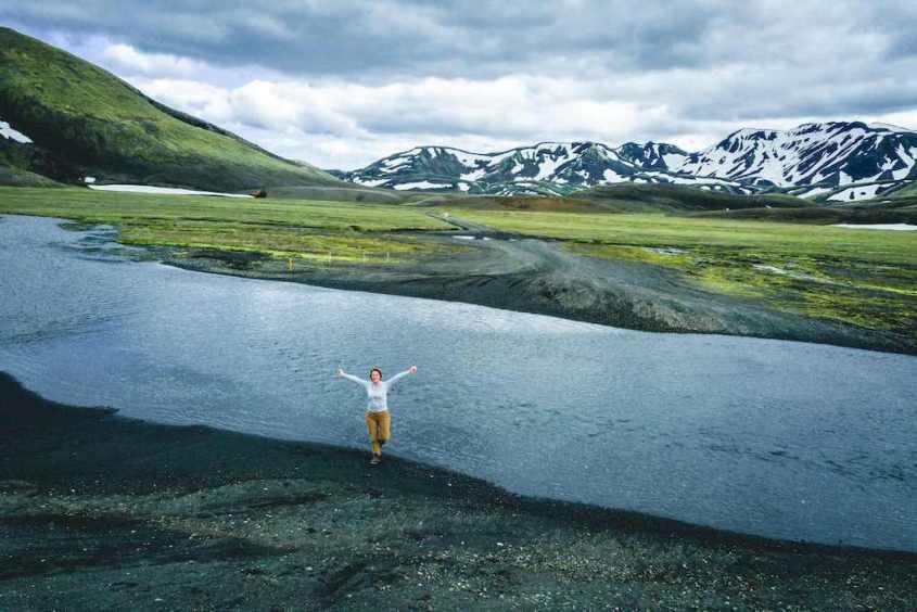 Hélène au bord de la rivière dans le Landmannalaugar lors de son voyage plongée en Islande.