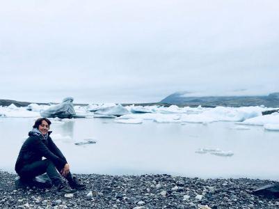 Hélène s'arrête un instant à l'ice lagoon lors de son voyage plongée ne Islande