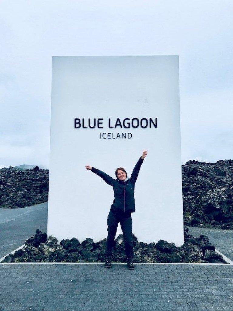 Hélène devant l'entrée du Blue Lagoon, impossible à faire l'impasse sur ce lieu lors de votre voyage plongée en Islande