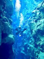 Un plongeur dans la faille de Silfra