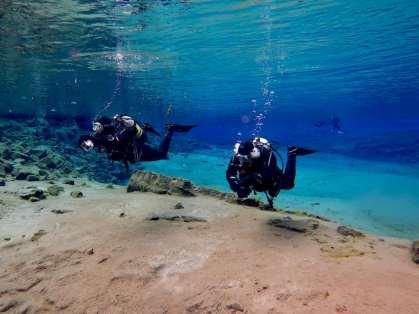 Deux binômes de plongée à la sortie de la faille de Silfra