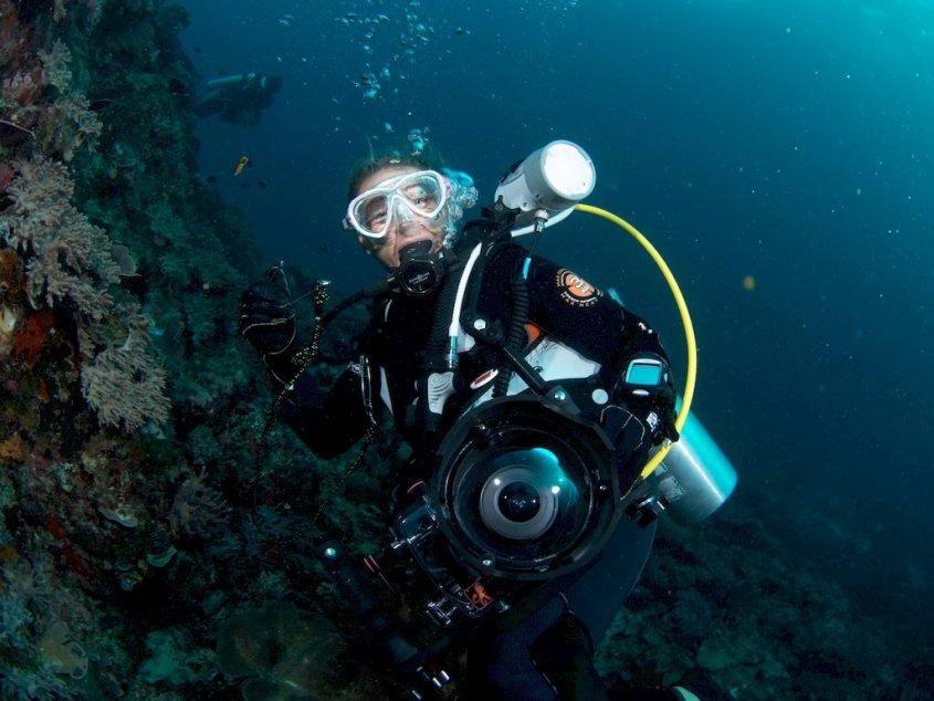 Hélène de Tayrac en plongée avec un appareil photo