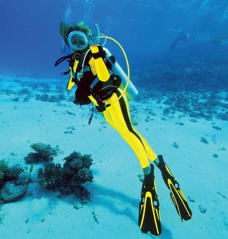 Hélène de Tayrac en plongée avec une tenue jaune