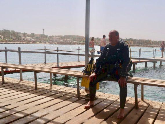 Les erreurs en plongée peuvent accabler le plongeur comme chez ce plongeur assis sur un banc en Egypte.
